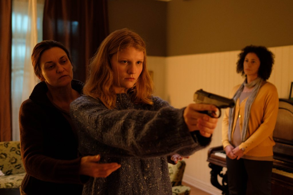 Vorbereitungen für Claras ersten Raubüberfall: Beim Schießtraining nähern sich Mutter und Tochter einander vorsichtig an.